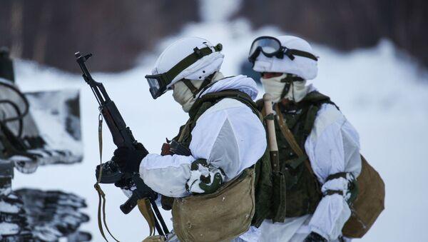 Unos soldados de la Flota del Norte participa de unos entrenamientos durante el invierno - Sputnik Mundo
