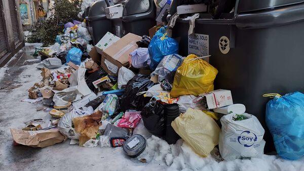 Montones de basura se acumulan en las calles de Madrid tras el temporal - Sputnik Mundo