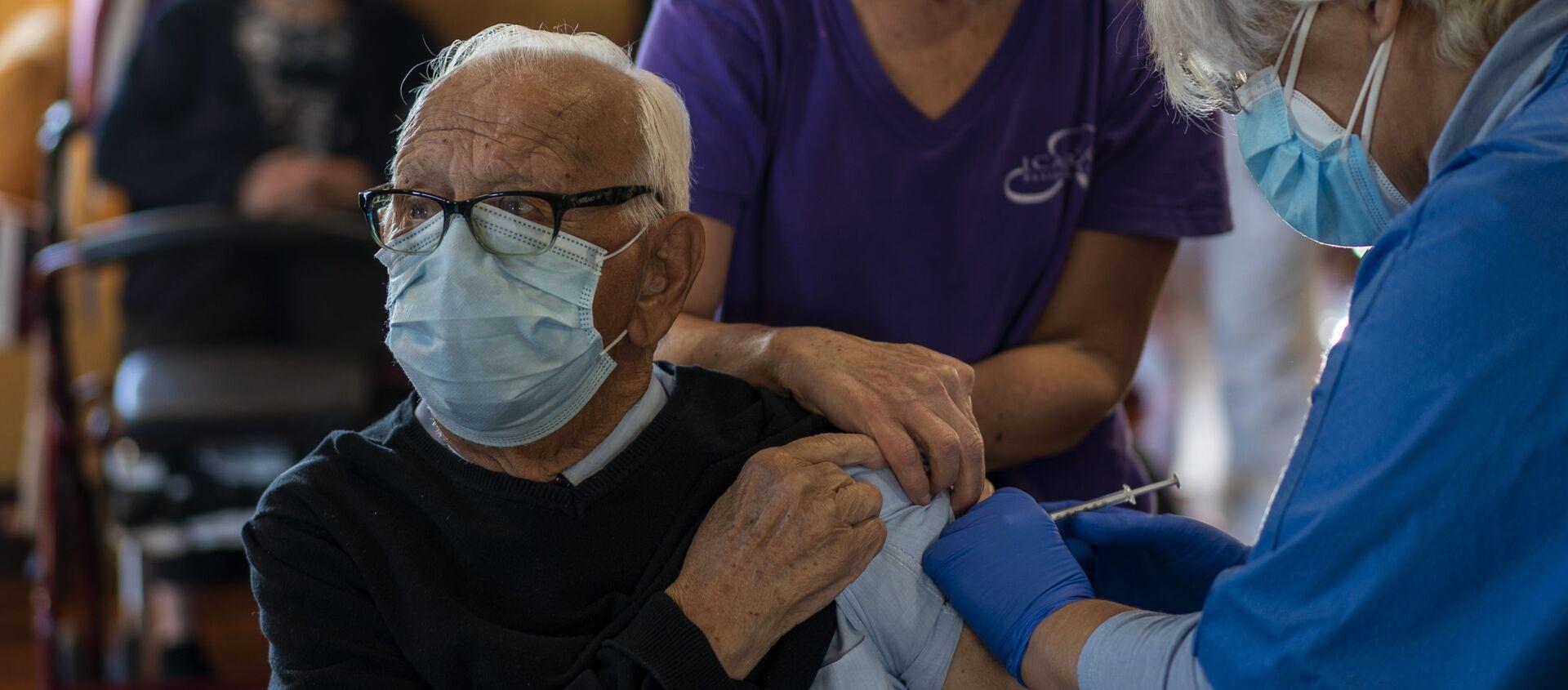 Una enfermera administra la vacuna Pfizer-BioNTech COVID-19 a un anciana en Barcelona - Sputnik Mundo, 1920, 14.01.2021