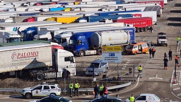 Camiones que han permanecido en áreas de descanso y aparcamientos de la Autovía de Andalucía debido a la borrasca Filomena - Sputnik Mundo