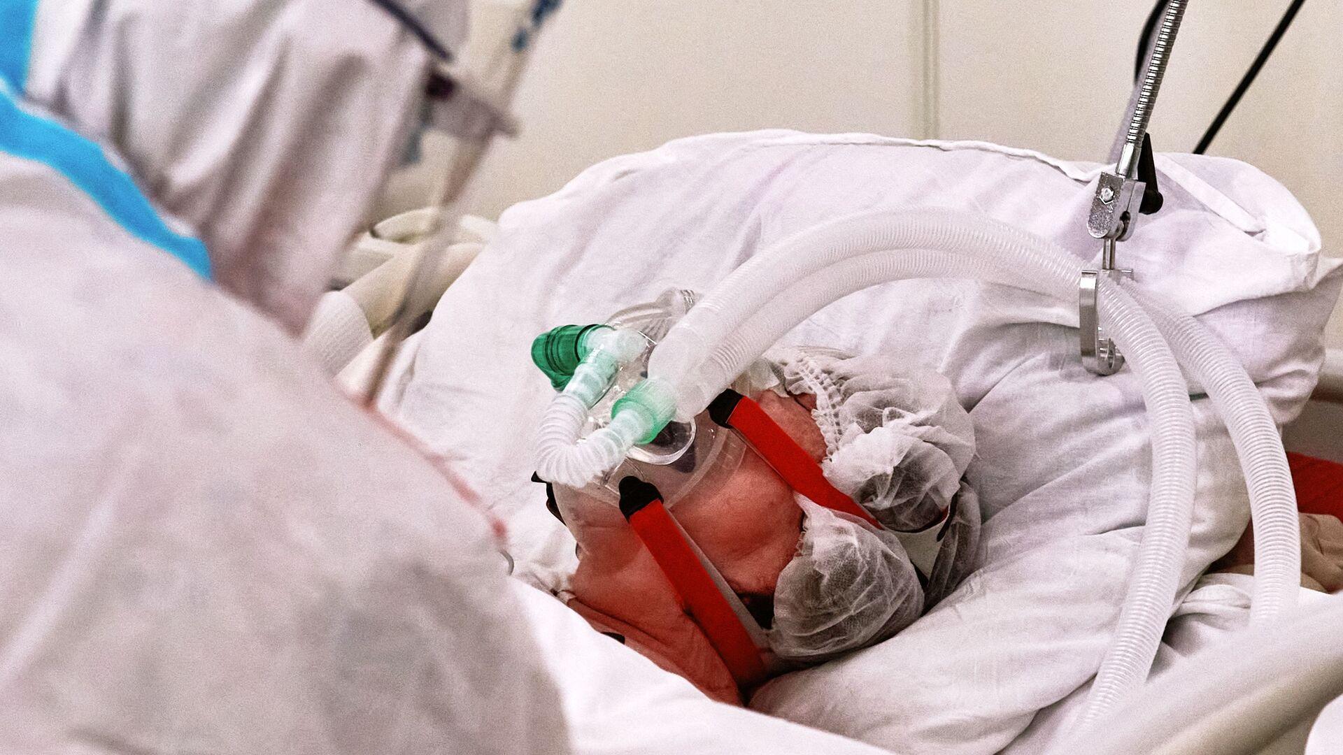 Un equipamiento médico suministra oxígeno para un paciente con el COVID-19 - Sputnik Mundo, 1920, 26.03.2021