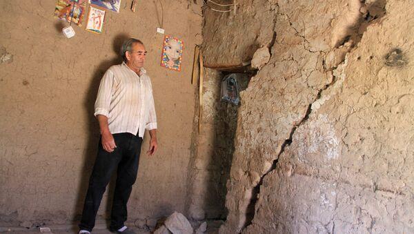 Мужчина в поврежденном доме в результате землетрясения в Аргентине  - Sputnik Mundo