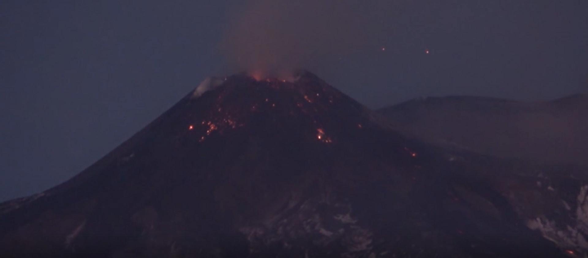 El volcán Etna vuelve a mostrar su carácter inflamable  - Sputnik Mundo, 1920, 20.01.2021