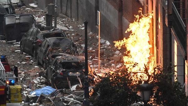Coches dañados en las afueras del edificio donde ha tenido lugar la explosión de Madrid - Sputnik Mundo