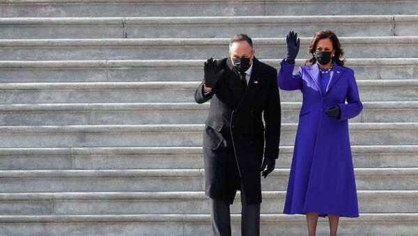 La vicepresidenta de EEUU, Kamala Harris, y su esposo Doug Emhoff - Sputnik Mundo