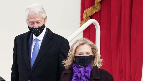 El expresidente de EEUU, Bill Clinton, y su exposa, Hillary, llegan a la ceremonia de investidura de Joe Biden - Sputnik Mundo