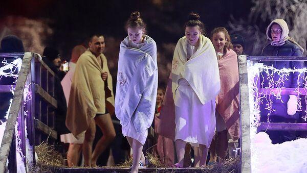 La investidura de Biden, la explosión en Madrid y el bautismo helado en Rusia: las imágenes de la semana - Sputnik Mundo