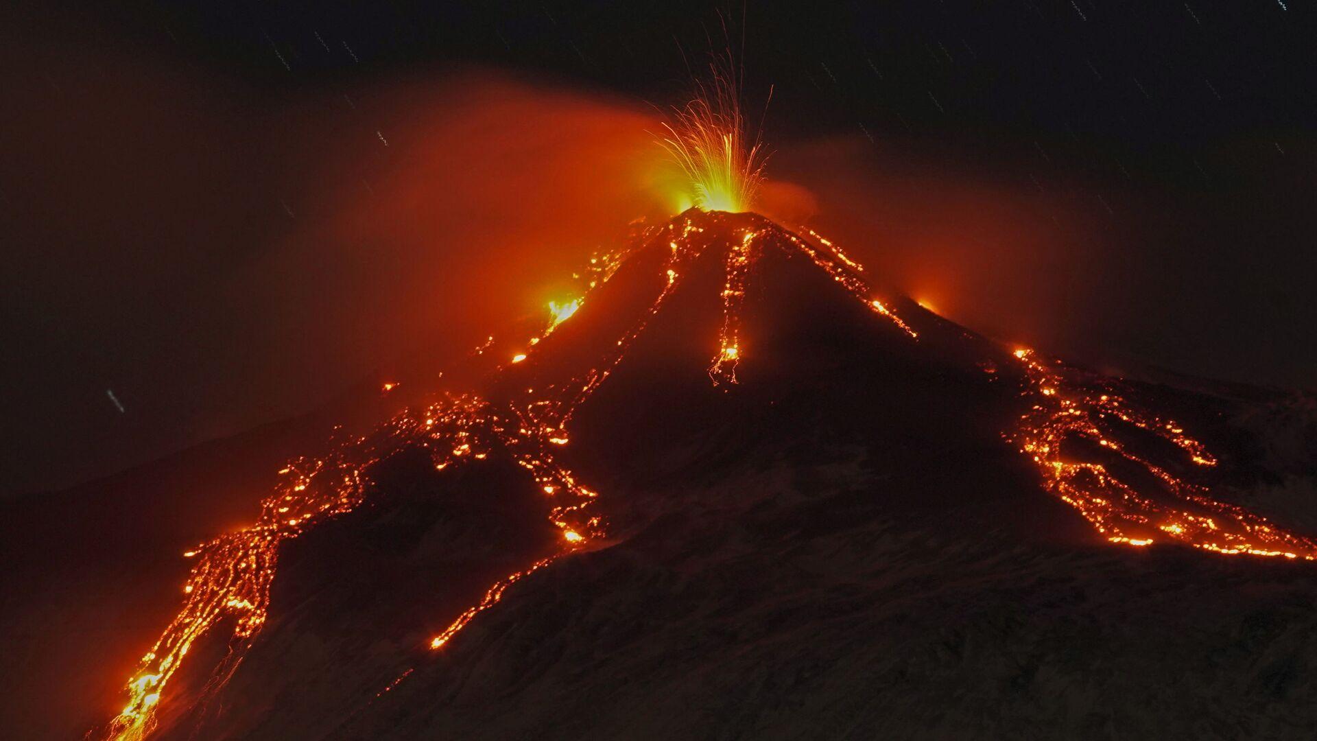 Извержение вулкана Этна, Италия - Sputnik Mundo, 1920, 19.02.2021