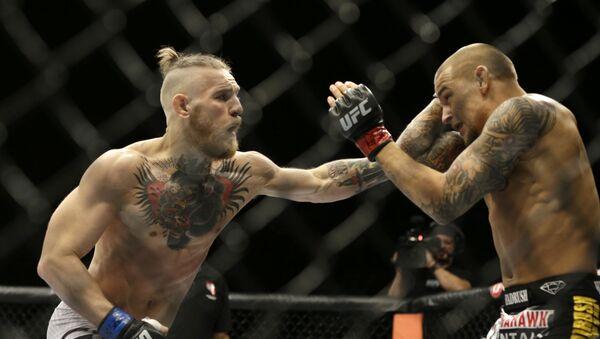 Conor McGregor lucha en el cuadrilátero contra Dustin Poirier en 2014 - Sputnik Mundo
