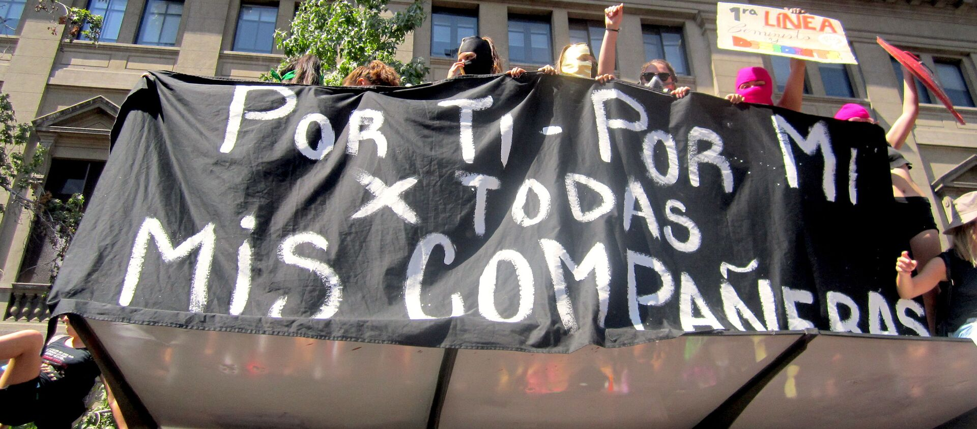 Pancarta en manifestación feminista en Santiago - Sputnik Mundo, 1920, 23.01.2021
