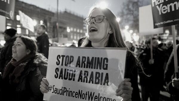 Una activista con un letrero de que pide dejar de armar a Arabia Saudí (archivo) - Sputnik Mundo
