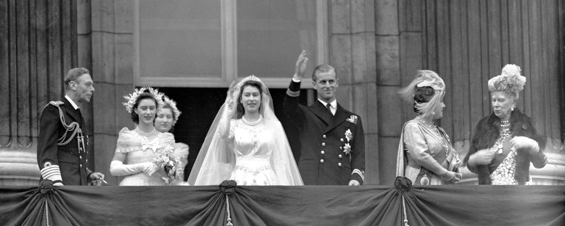 La reina Isabel II y el príncipe Felipe de Edimburgo durante el día de su boda - Sputnik Mundo, 1920, 25.01.2021