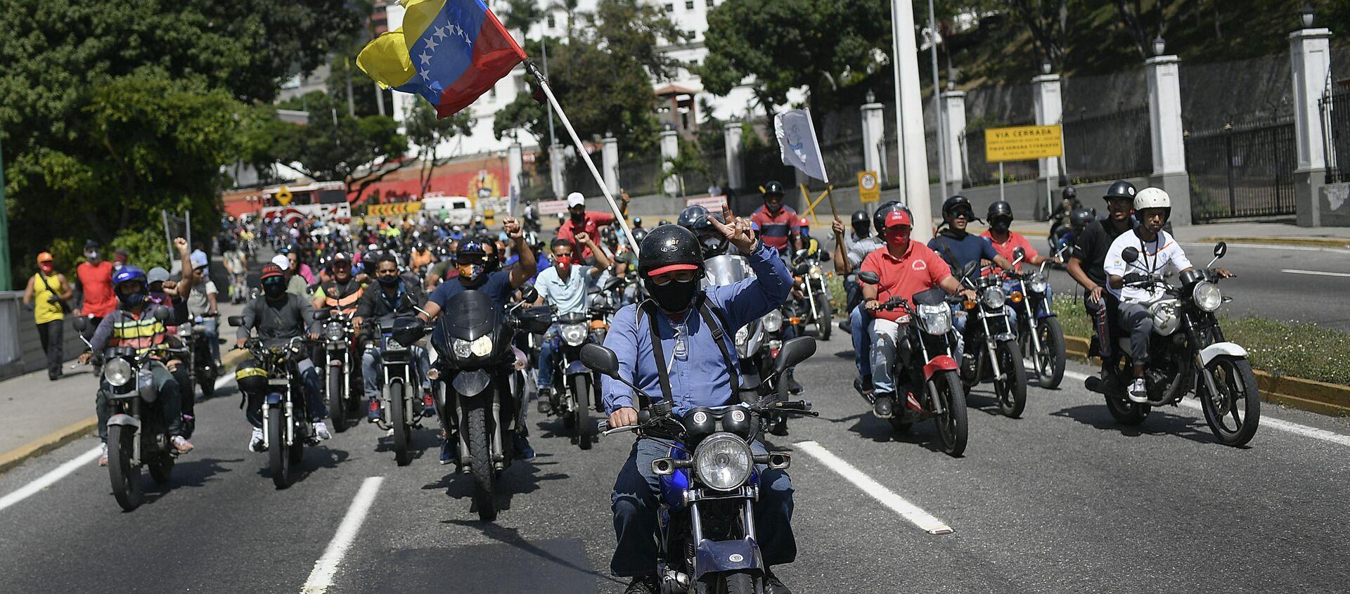 Simpatizantes del presidente Nicolás Maduro conducen en motocicleta cerca del Palacio de Miraflores. Caracas, 12 de diciembre de 2020 - Sputnik Mundo, 1920, 27.01.2021