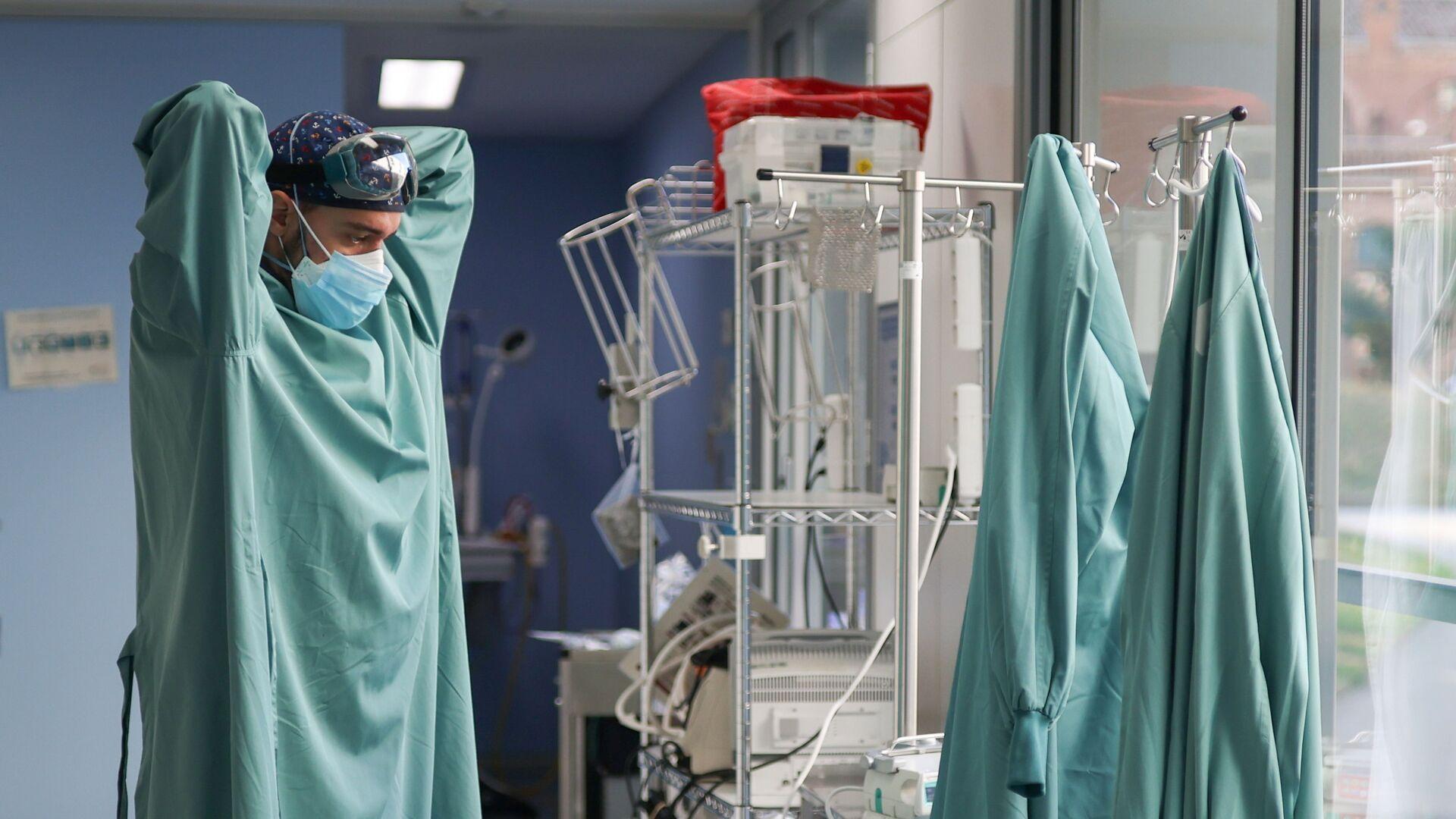 Un trabajador sanitario se prepara para tratar a un paciente que padece la enfermedad por coronavirus - Sputnik Mundo, 1920, 02.02.2021