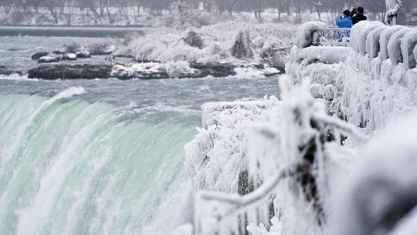 Фотографирование водопада Хорсшу-Фолс, который является частью Ниагарских водопадов в Канаде  - Sputnik Mundo