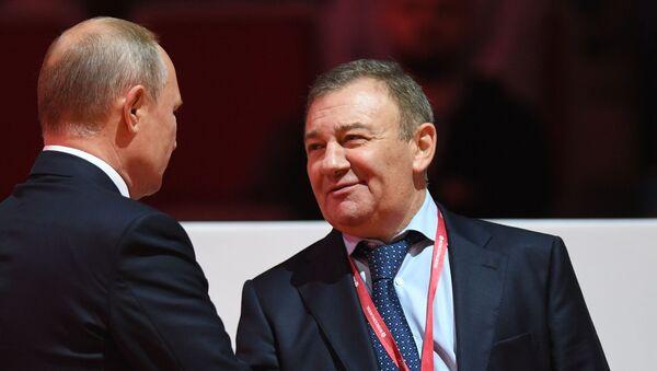 Arkadi Rotenberg (dcha.) junto a Vladímir Putin en 2019 - Sputnik Mundo