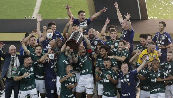 La Sociedade Esportiva Palmeiras con el trofeo de la Copa Libertadores - Sputnik Mundo