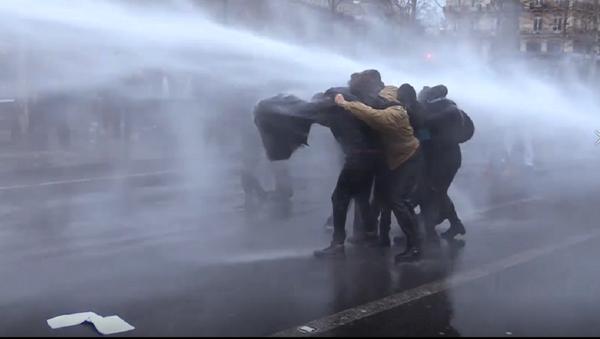 Los parisinos protestan por la ley de seguridad global  - Sputnik Mundo