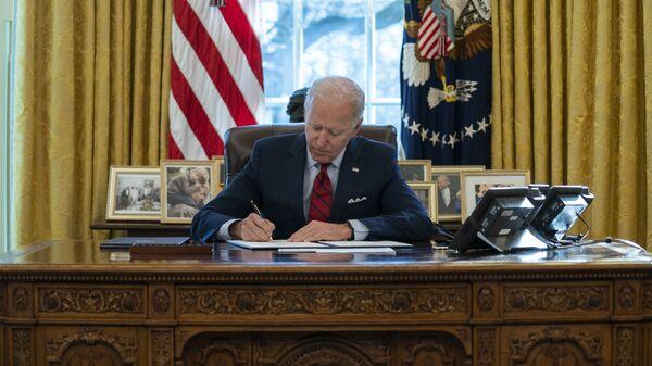 Joe Biden, presidente de EEUU, firma varios documentos ejecutivos en el Despacho Oval de la Casa Blanca, en Washington, el 28 de enero del 2021 - Sputnik Mundo