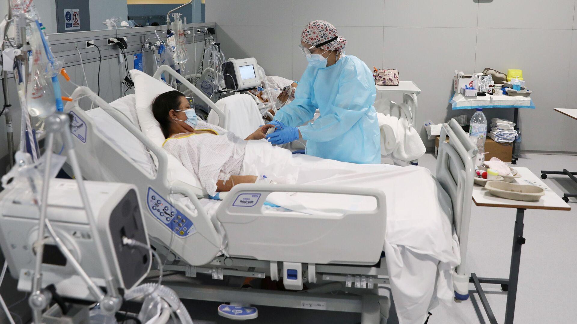 Paciente con COVID-19 en el hospital Enfermera Isabel Zendal en Madrid, España - Sputnik Mundo, 1920, 01.02.2021
