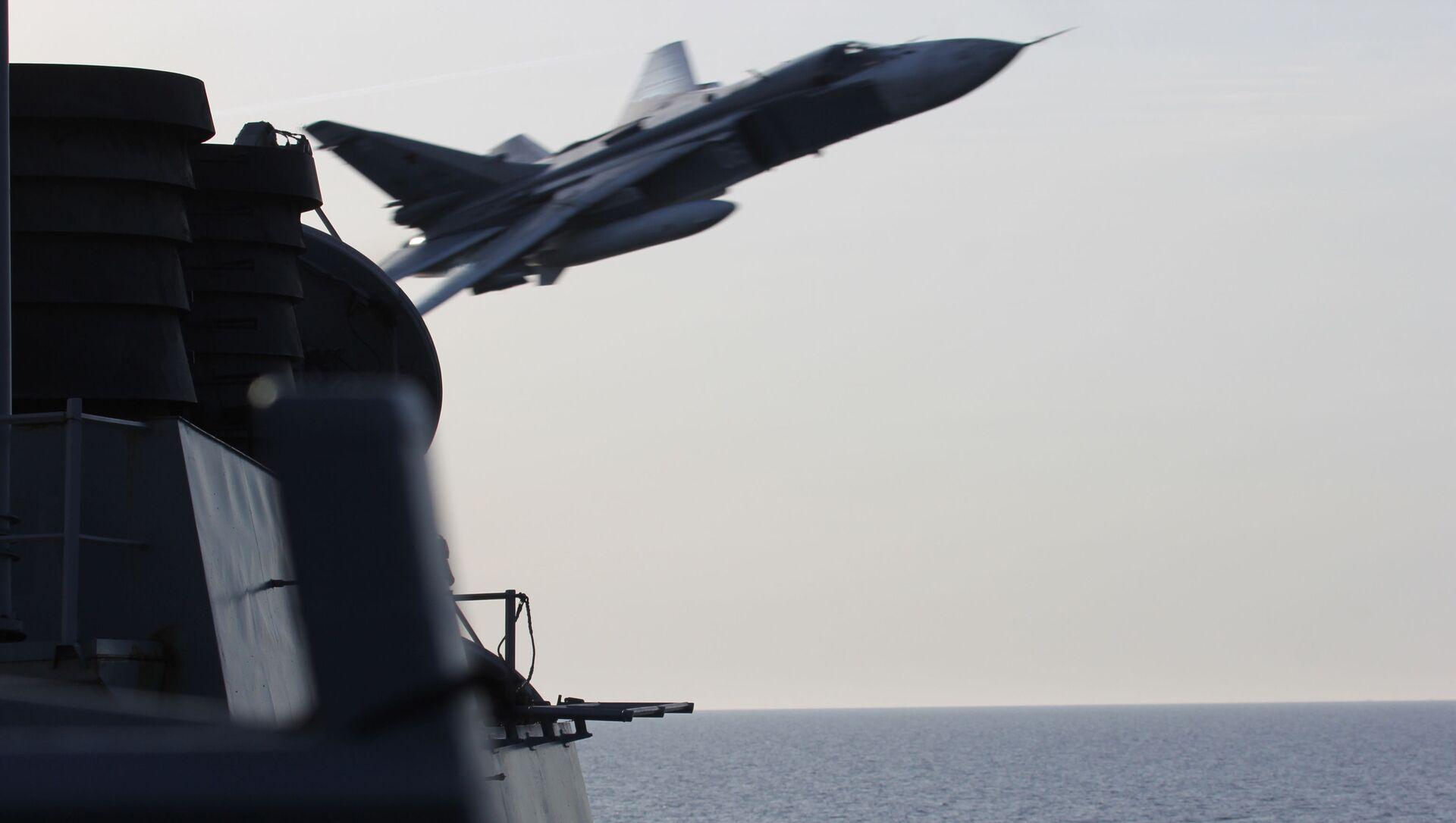 Caza Su-24 ruso sobrevolando el USS Donald Cook  - Sputnik Mundo, 1920, 02.02.2021