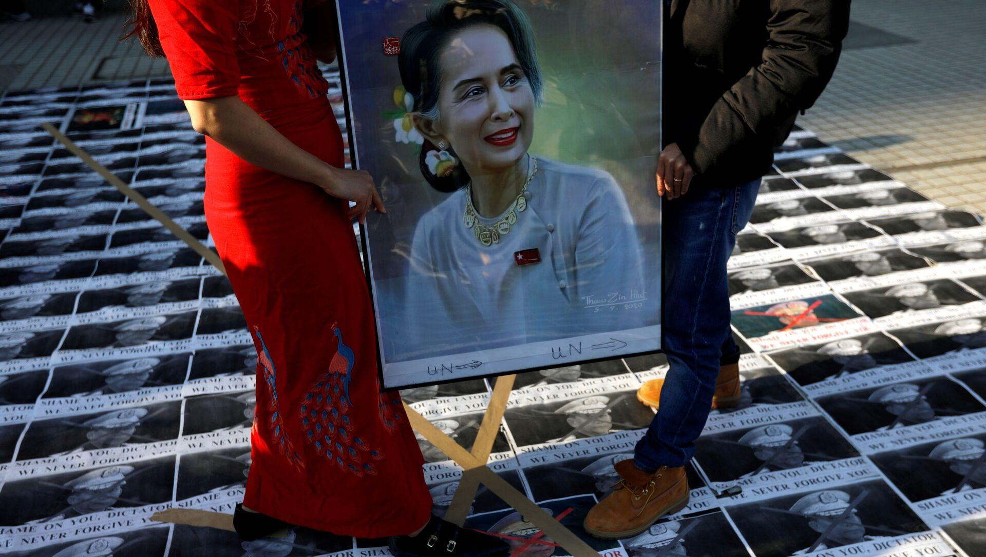 Manifestantes con la imagen de la líder birmana Aung San Suu Kyi - Sputnik Mundo, 1920, 02.02.2021