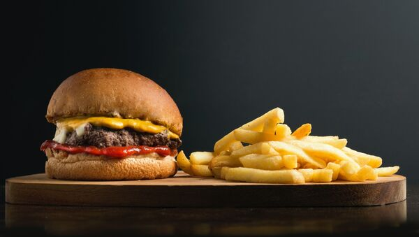Una hamburguesa, imagen referencial - Sputnik Mundo