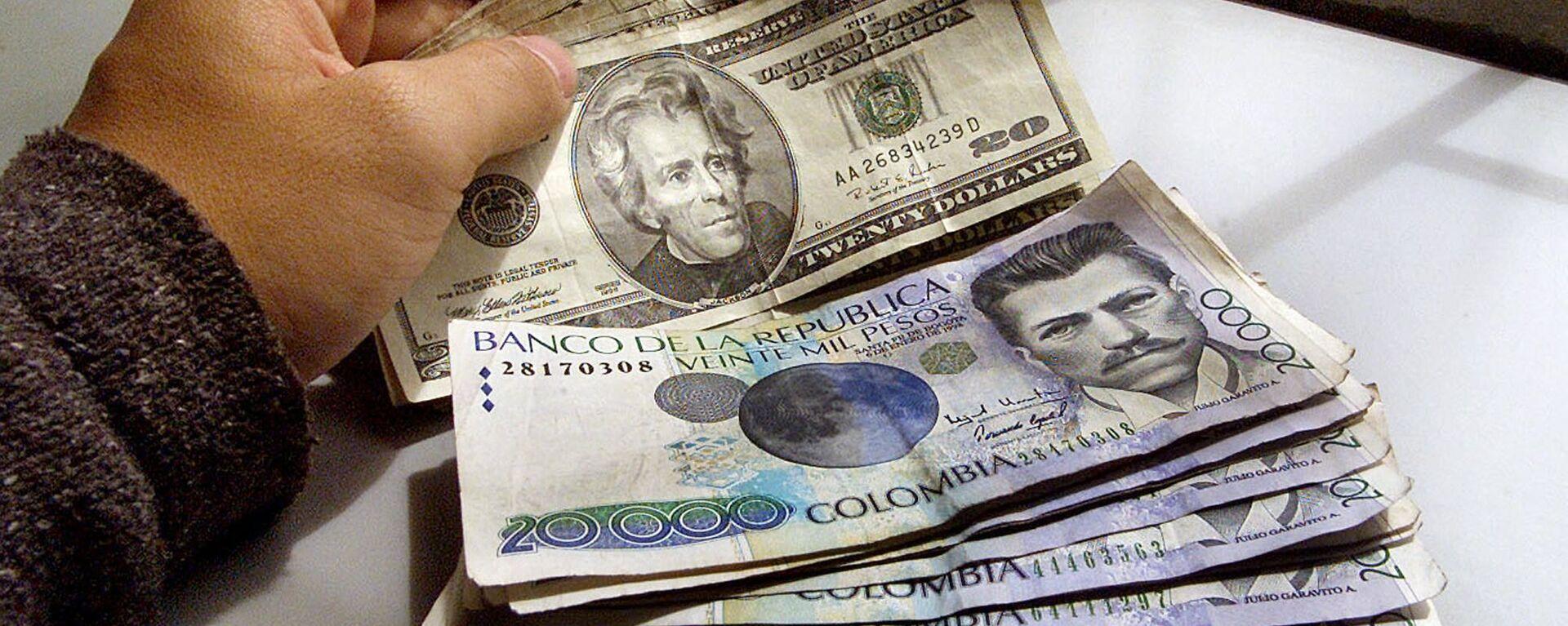 Pesos colombianos y dólares - Sputnik Mundo, 1920, 04.02.2021