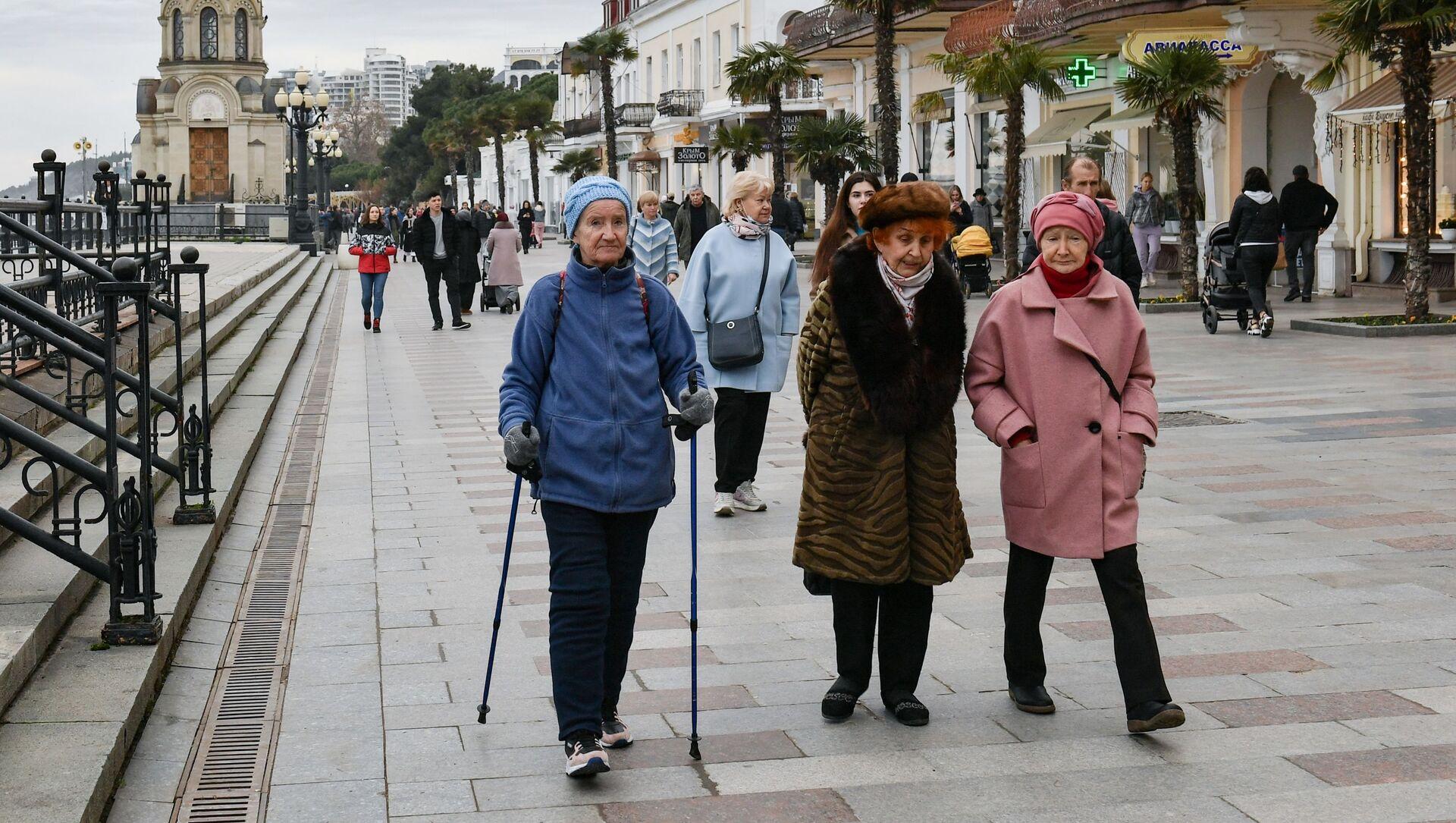 Varios peatones pasean por las calles de Yalta, en Crimea, Rusia, febrero de 2021 - Sputnik Mundo, 1920, 05.02.2021