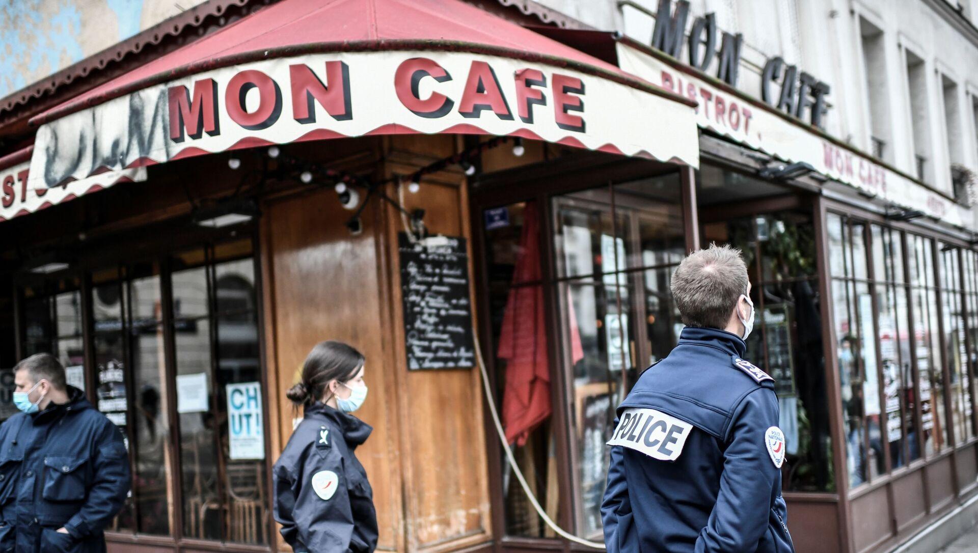 Policías franceses custodian un bar de París - Sputnik Mundo, 1920, 05.02.2021