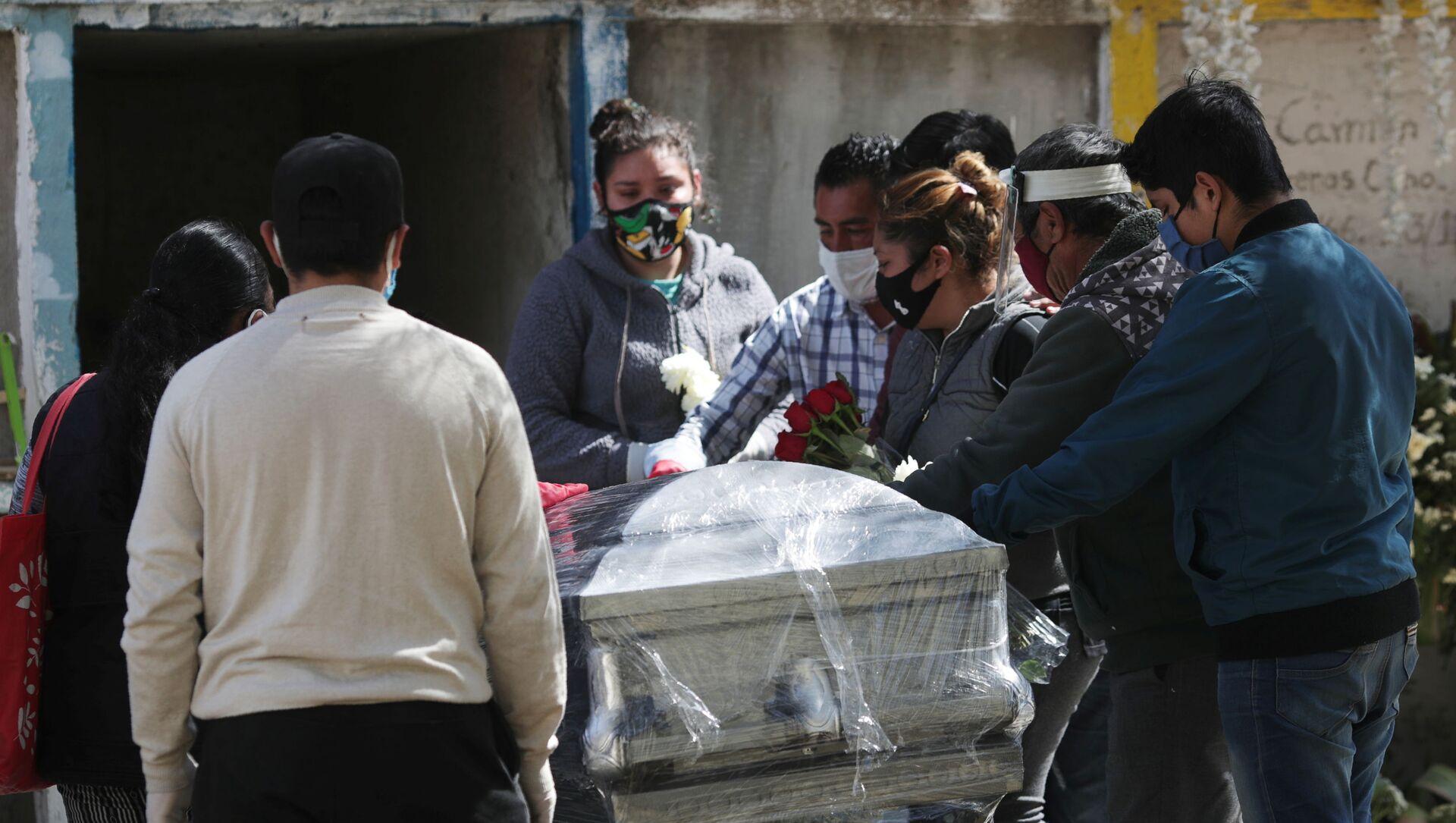 Funeral de una persona fallecida por las enfermedades provocadas por el nuevo coronavirus, México - Sputnik Mundo, 1920, 09.02.2021