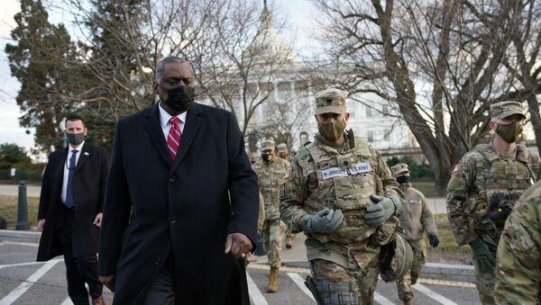 El secretario de Defensa de EEUU, Lloyd Austin, visita a las tropas de la Guardia Nacional desplegadas en el Capitolio, el 29 de enero de 2021, Washington, EEUU. - Sputnik Mundo