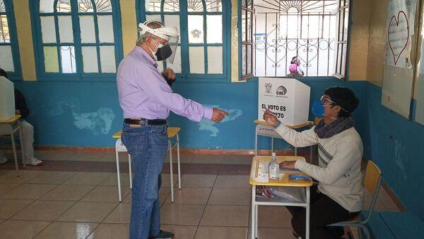 Votante en la Unidad Educativa Quintiliano Sánchez - Sputnik Mundo