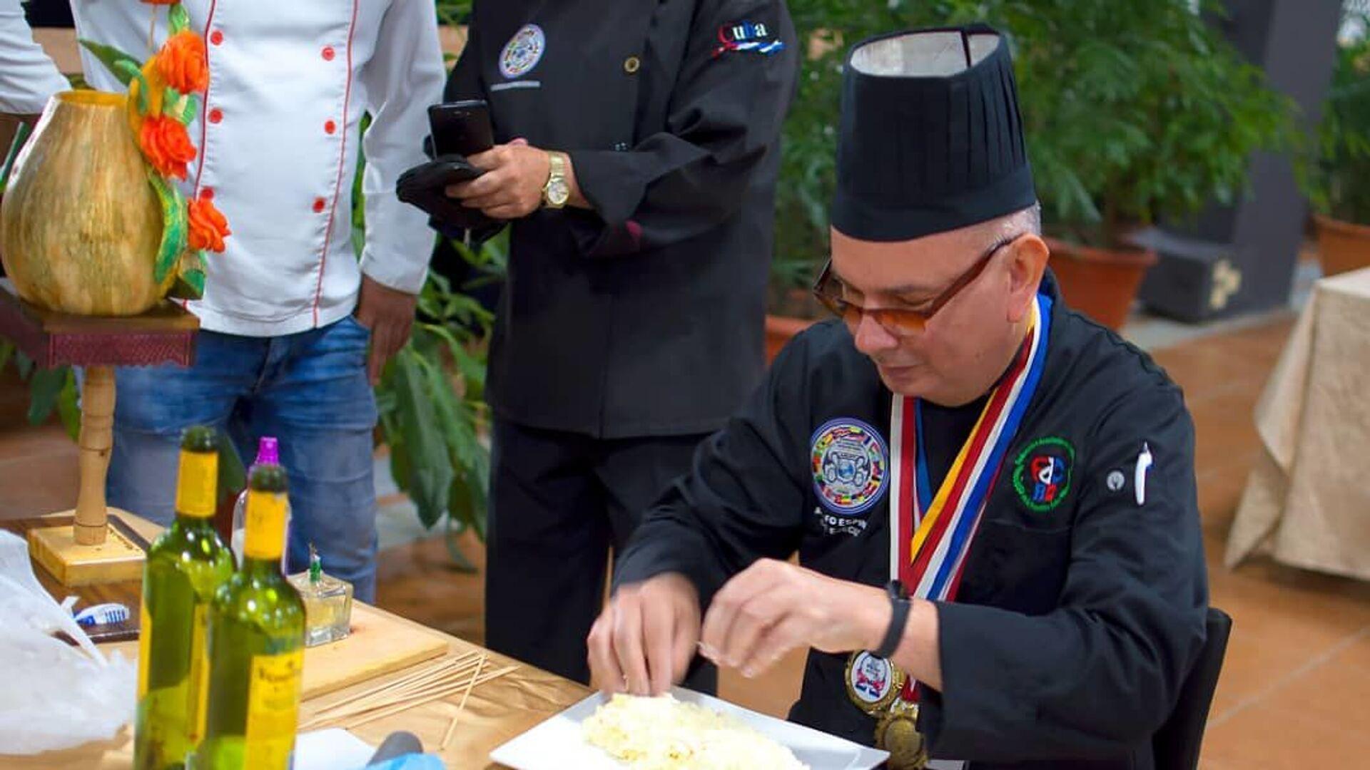 Chef Adolfo Espinosa Cobos durante la realización de un plato. - Sputnik Mundo, 1920, 08.02.2021