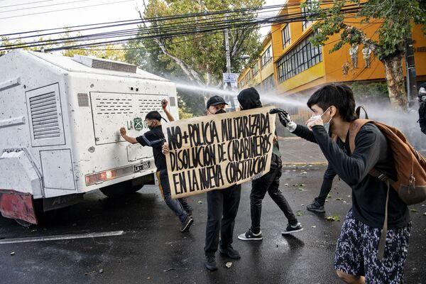 La localidad chilena de Panguipulli ha sido escenario de protestas y disturbios masivos luego de que un artista callejero muriese a raíz de los disparos de un carabinero porque se resistió a un control de identidad. La Policía utilizó cañones de agua para dispersar a la multitud. - Sputnik Mundo