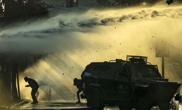 Los manifestantes prendieron fuego a una decena de edificios: en particular, la municipalidad de la localidad quedó reducida a escombros. En la foto: enfrentamientos entre los protestantes y la Policía en Panguipulli. - Sputnik Mundo