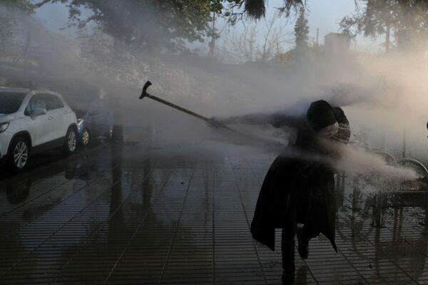 Los abogados defensores afirman que el uniformado actuó en legítima defensa. En la foto: la Policía dispersa a los manifestantes con cañones de agua. - Sputnik Mundo