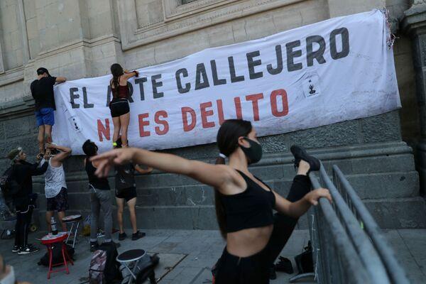 Los artistas callejeros se preparan para una protesta contra la brutalidad policial tras el asesinato de Francisco Martínez. - Sputnik Mundo