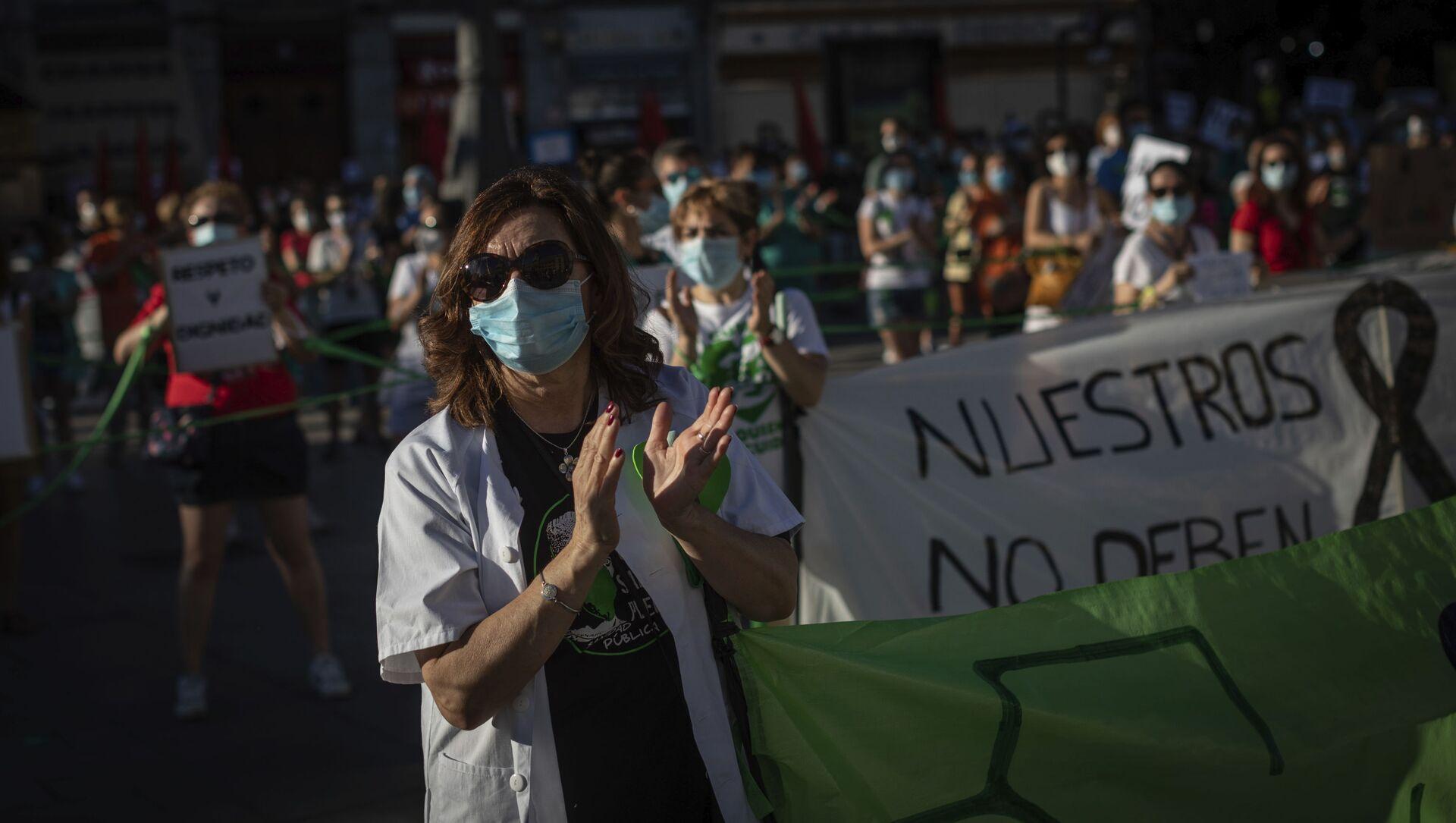 Los trabajadores sanitarios asisten a una manifestación para exigir la mejora del sistema de salud pública de España - Sputnik Mundo, 1920, 09.02.2021