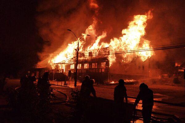 Los manifestantes incendiaron la sede de la municipalidad, la oficina municipal de correos y la del Registro Civil. Tres bomberos resultaron heridos.  - Sputnik Mundo