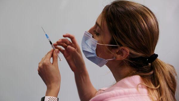 Una enfermera israelí con la vacuna contra el coronavirus - Sputnik Mundo