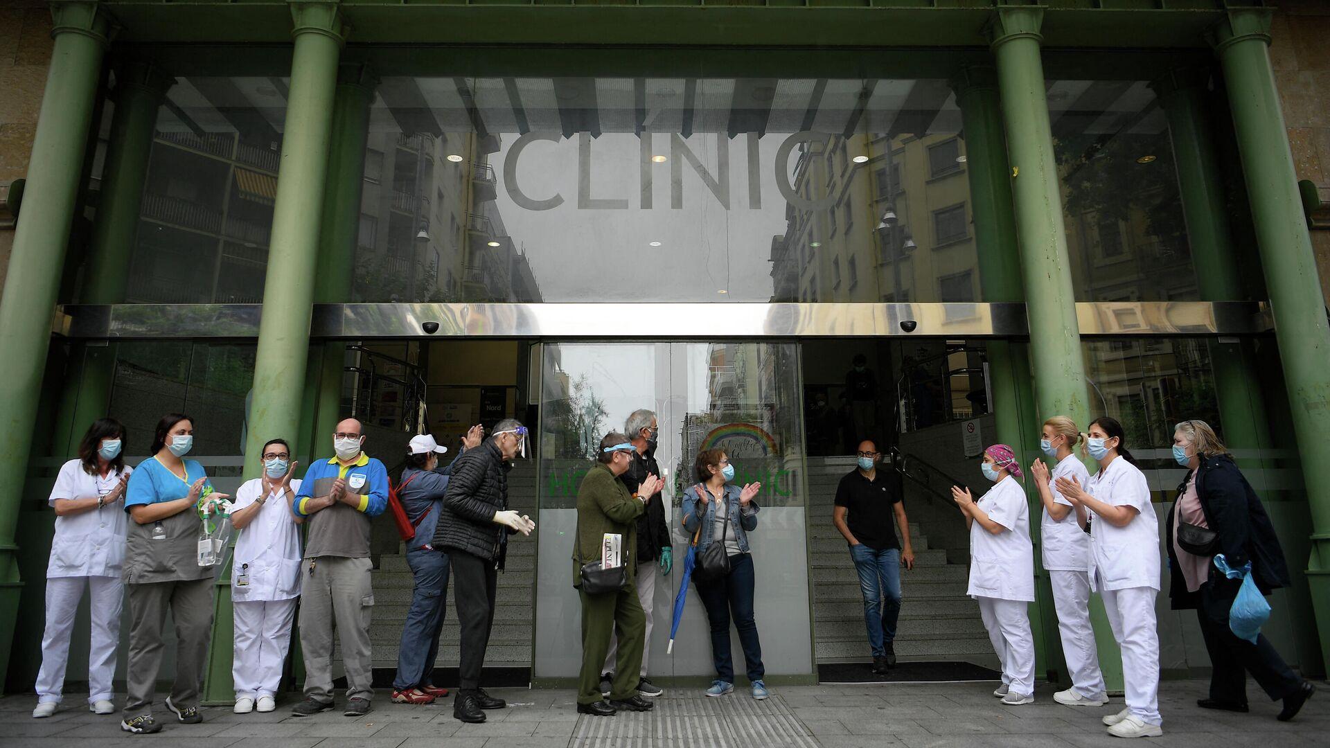 Un grupo de trabajadores sanitarios se reúnen en la entrada del Hospital Clínic de Barcelona para homenajear a los compañeros fallecidos a causa del nuevo coronavirus - Sputnik Mundo, 1920, 11.02.2021