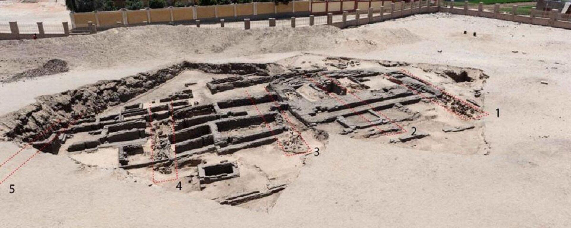 Restos de la supuesta cervecería más antigua del mundo, descubierta en el asentamiento arqueológico de Abidos. - Sputnik Mundo, 1920, 14.02.2021