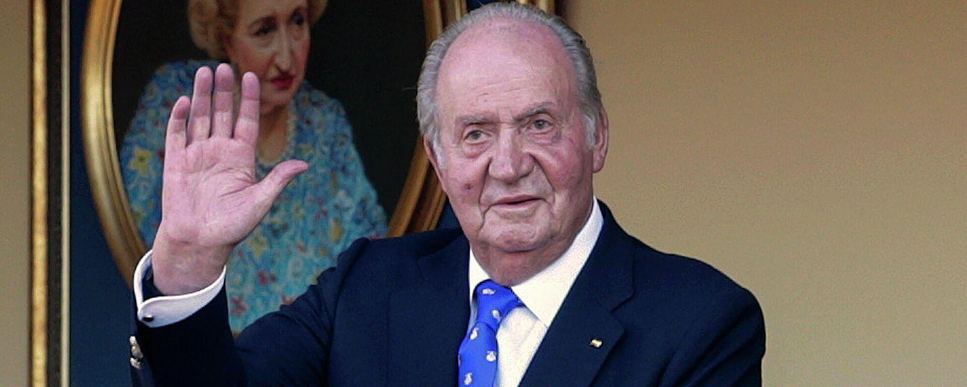 En esta fotografía de archivo del domingo 2 de junio de 2019, el rey emérito de España, Juan Carlos I, saluda durante una corrida de toros en la plaza de toros de Aranjuez, Madrid, España. - Sputnik Mundo, 1920, 03.09.2021
