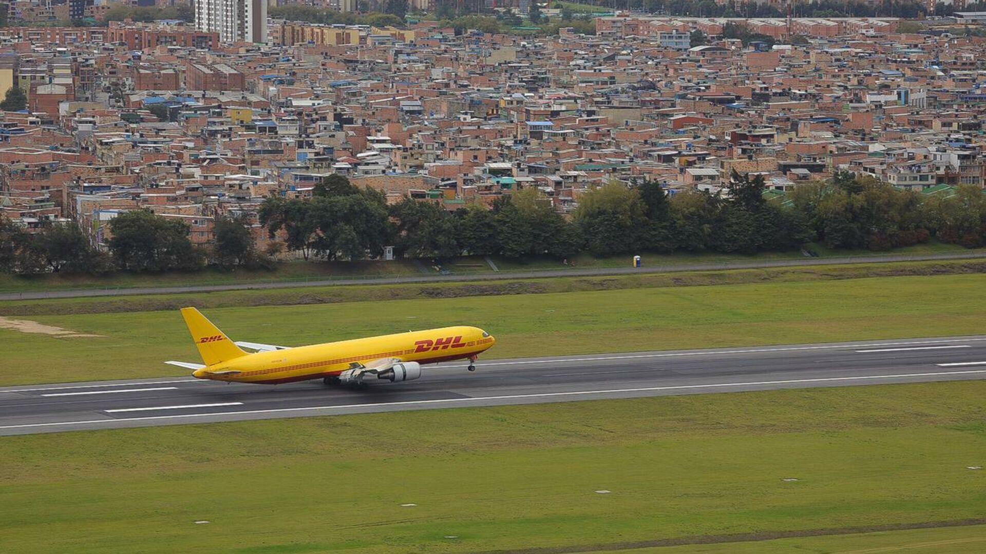 La llegada a Bogotá del avión con primeras vacunas contra COVID-19 para Colombia - Sputnik Mundo, 1920, 15.02.2021