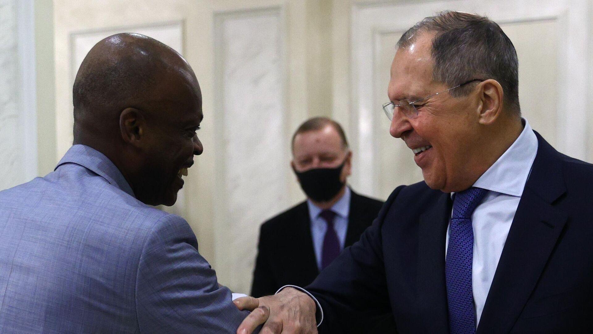 La reunión de los ministros de Exteriores de Rusia y Togo, Serguéi Lavrov y Robert Dussey - Sputnik Mundo, 1920, 16.02.2021