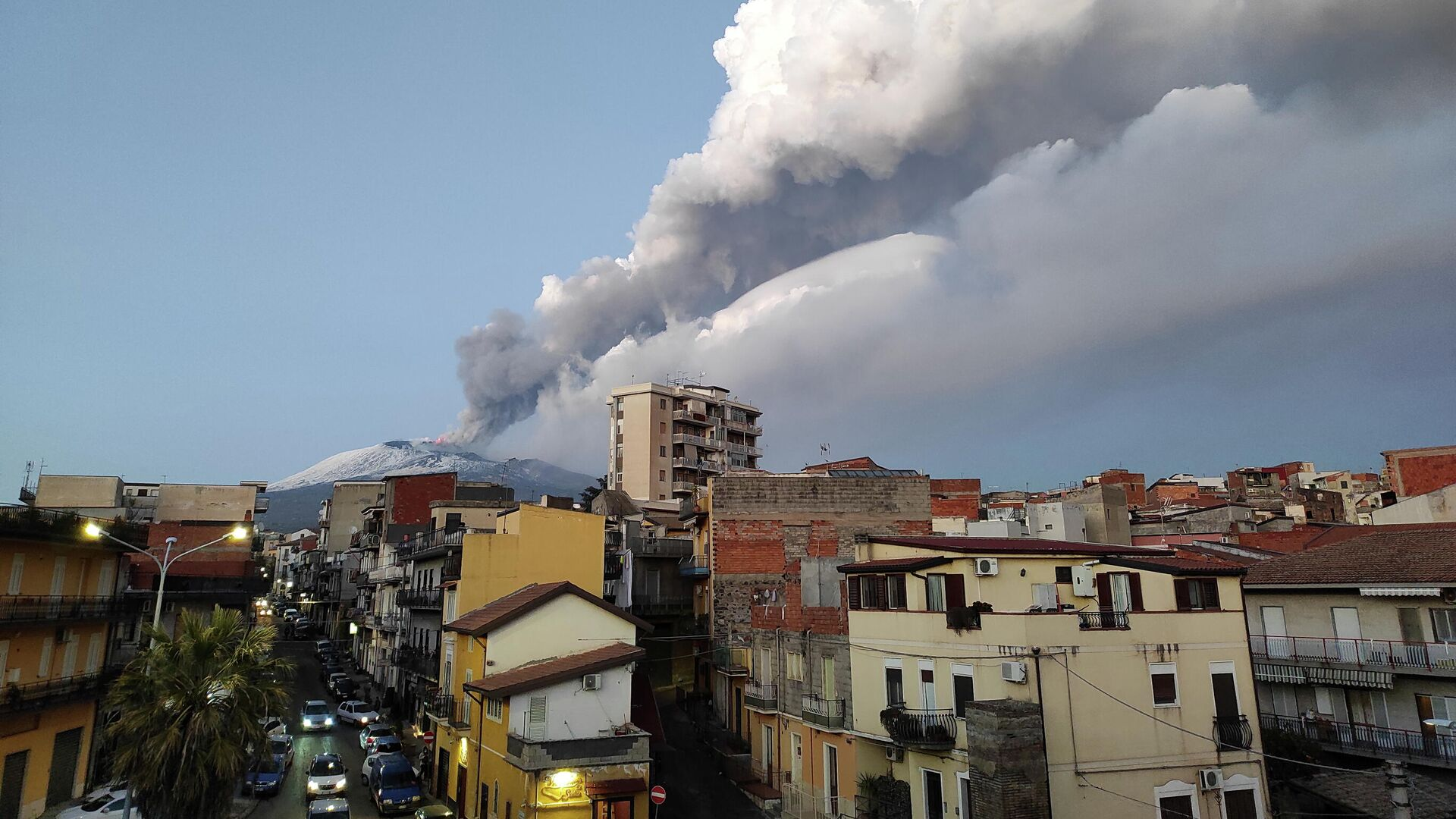 Volcán italiano Etna entra en erupción - Sputnik Mundo, 1920, 21.09.2021