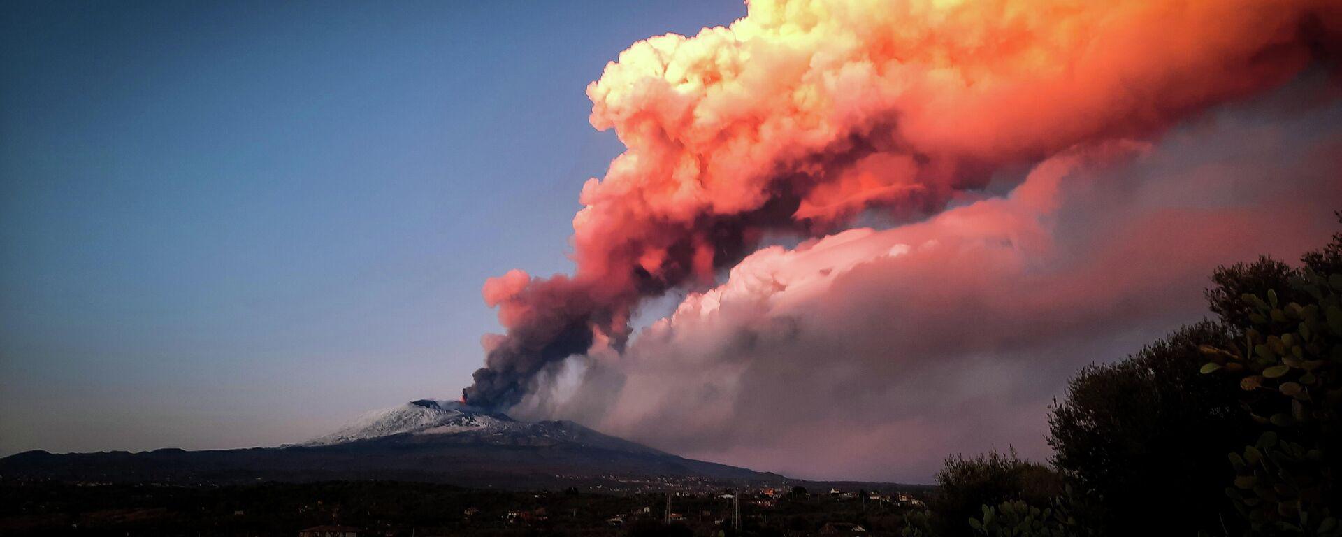 Volcán italiano Etna entra en erupción - Sputnik Mundo, 1920, 17.02.2021