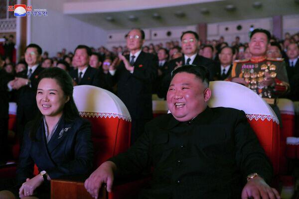 Ri Sol-ju y su esposo, el líder supremo norcoreano Kim Jong-un - Sputnik Mundo