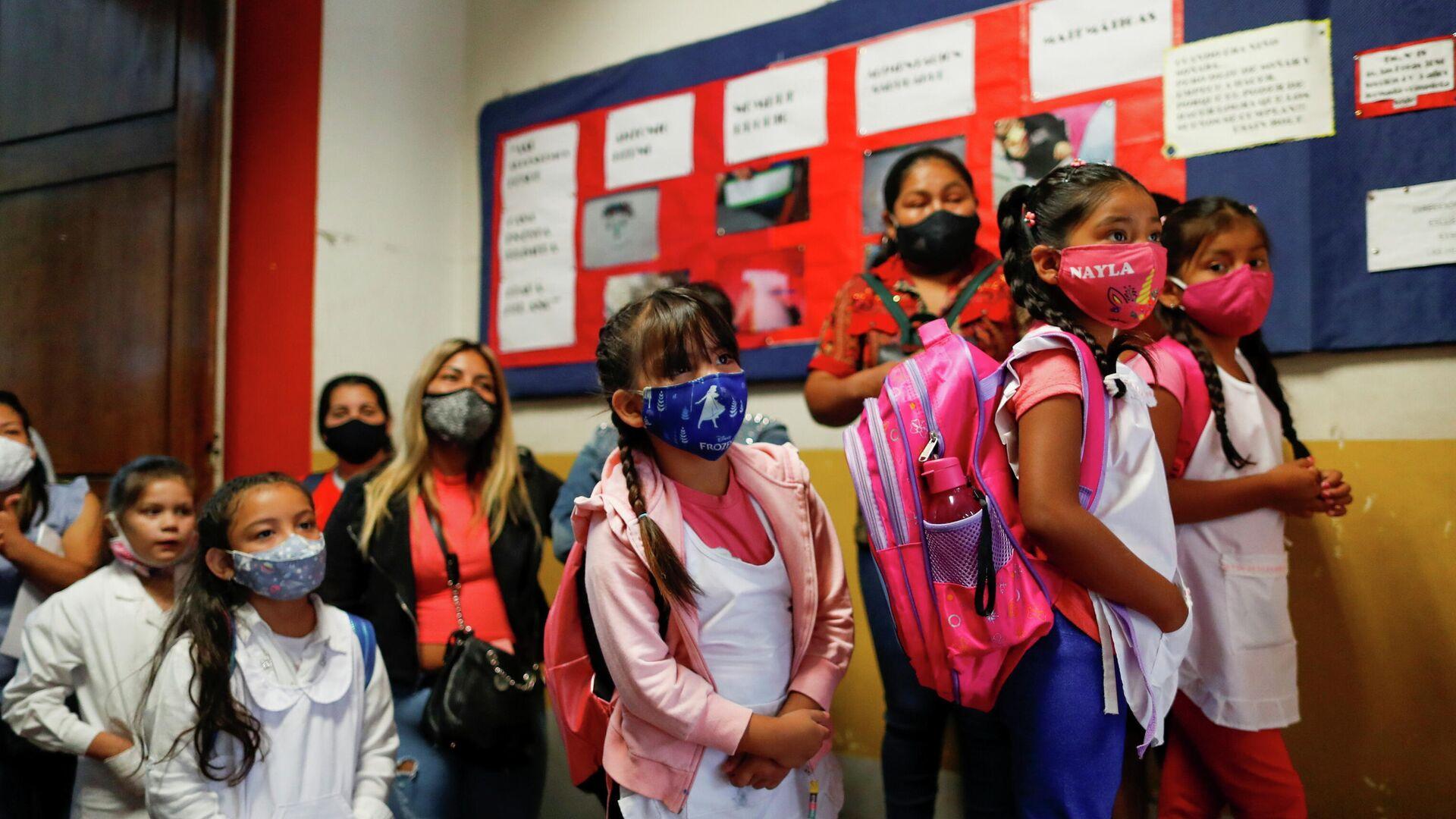 Los alumnos vuelven a clase tras un año de virtualidad en la capital argentina - Sputnik Mundo, 1920, 17.02.2021